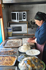 Mevrouw Anna maakt Makarounes   Karpathos Greece  Photo 3 - Photo JustGreece.com