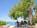 Relaxen on een bankje in Agios Nikitas - Lefkada (Lefkas) - Photo JustGreece.com