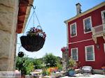 Bloemenpracht hotel Porfyron Ano Pedina - Zagori Epirus - Photo JustGreece.com