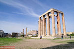Zeus Olympius tempel, in the verte ziet u the Acropolis - Photo JustGreece.com