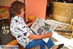 JustGreece.com Christos Meremetis leest krant over Koning Willem-Alexander in Kranidi | Argolida (Argolis) Peloponessos - Foto van JustGreece.com